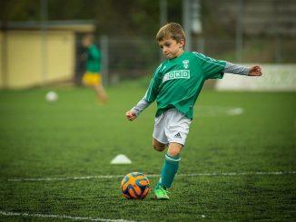 un enfant qui joue au foot